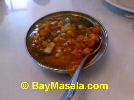 chaat bhavan samosa chaat  - Image © baymasala.com